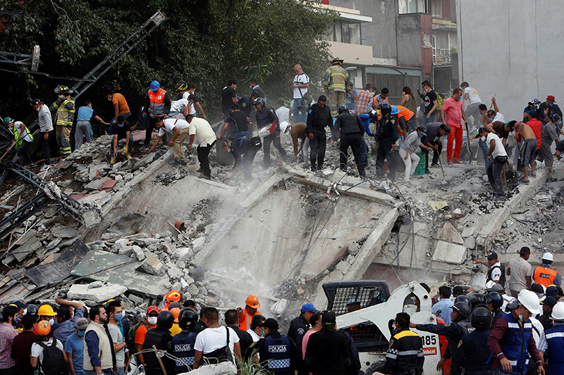 Soldiers, rescuers and people work at a collapsed building after an earthquake in Mexico City, Mexico, on September 19, 2017. Photo: Reuters