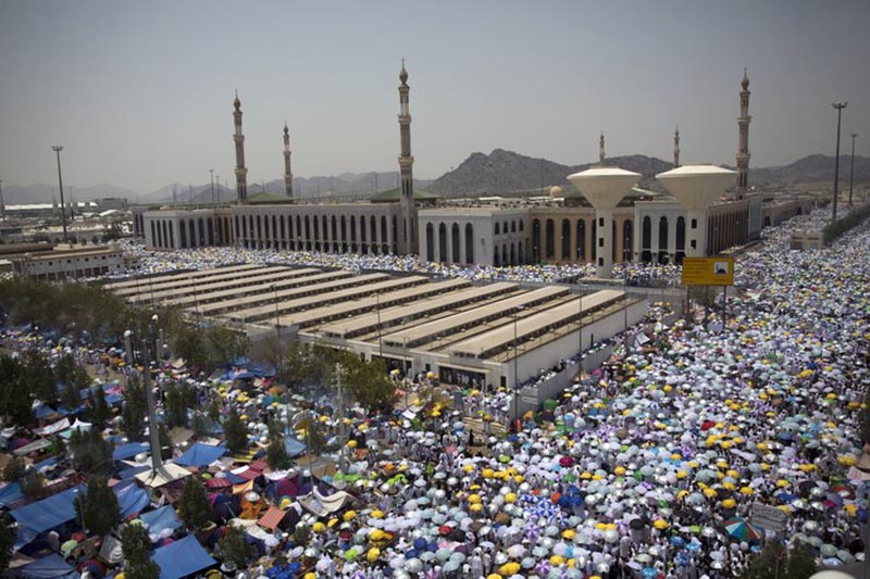 Muslim pilgrims hold umbrellas as they attend noon prayers outside the Namirah mosque on Arafat Mountain, during the annual hajj pilgrimage, outside the holy city of Mecca, Saudi Arabia, on Thursday, August 31, 2017. Photo: Reuters