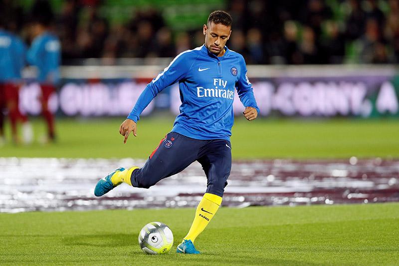 Paris Saint-Germainu2019s Neymar warms up before the match. Photo: Reuters