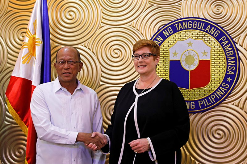 Australian Defense Minister Marise Payne shakes hands with her Filipino counterpart Delfin Lorenzana, before their meeting to discuss military strategy and assistance in the Philippines' fight against Islamist militants in Marawi, at Villamor Air Base in Pasay, Metro Manila, Philippines, on September 8, 2017. Photo: RSS