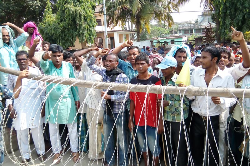 Flood victims from Hajaminiya and Pathara villages of Rajdevi Municipality staging a demonstration demanding relief materials in front of the District Administration Office, Rautahat, on Thursday, August 31, 2017. Photo: THT