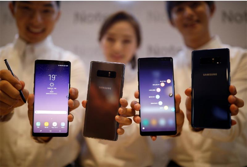 Models pose for photographs with Samsung Electronics' Galaxy Note 8 during its launching ceremony in Seoul, South Korea, September 12, 2017. Photo: Reuters