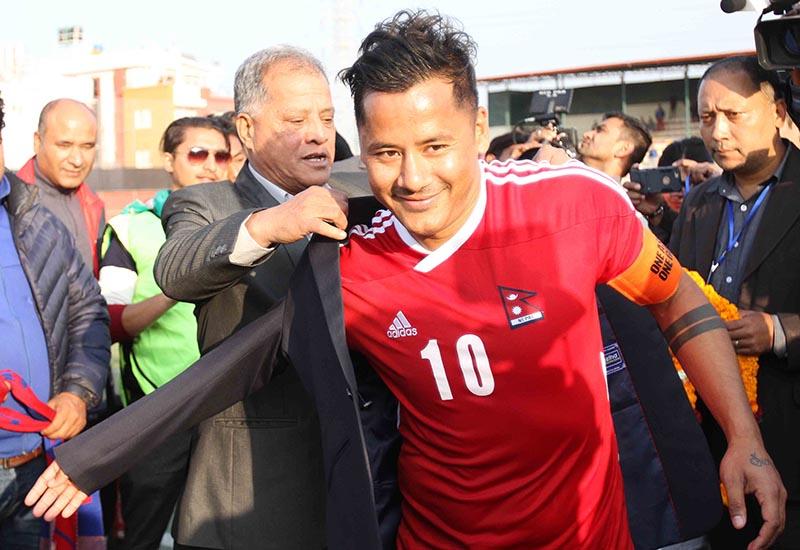 ANFA President Narendra Shrestha offering blazer to Anil Gurung, on Tuesday, November 14, 2017. Photo: Udipt Singh Chhetry/THT