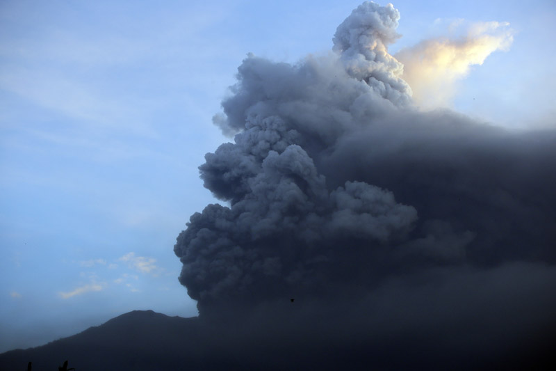 A view of the Mount Agung volcano erupting at sunrise in Karangasem, Bali island, Indonesia, Sunday, November 26, 2017. A volcano on the Indonesian tourist island of Bali erupted for the second time in a week on Saturday, disrupting international flights even as authorities said the island remains safe. Photo: AP