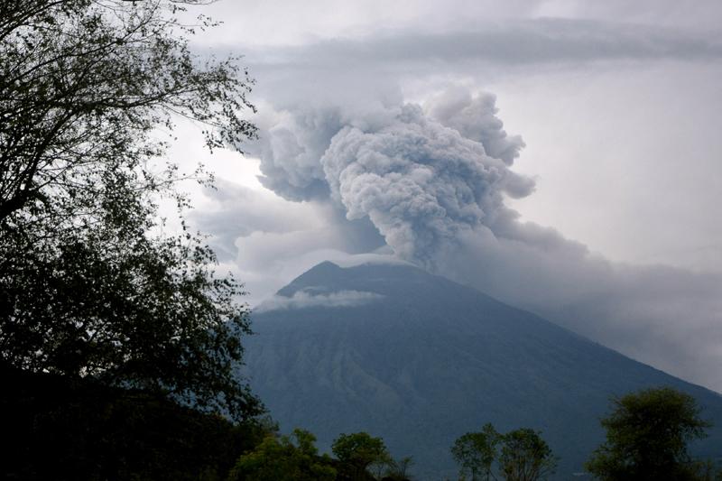Eruption of Mount Agung as seen from Kubu village in Karangasem, Bali, Indonesia November 28, 2017 in this photo taken by Antara Foto. Photo: Antara Foto/Fikri Yusuf via REUTERS