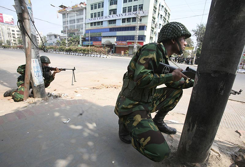 Bangladesh army soldiers take positions near the headquarters of Bangladesh Rifles in Dhaka, on Feberuary 25, 2009. Photo: AP/ File