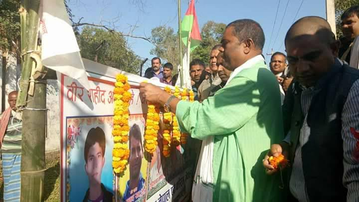 Chairman of Federal Socialist Forum-Nepal Upendra Yadav garlanding the photos of martyrs of the Malleth incident during an election publicity campaign in Rajbiraj, Saptari, on Sunday, November 12, 2017. Photo: THT