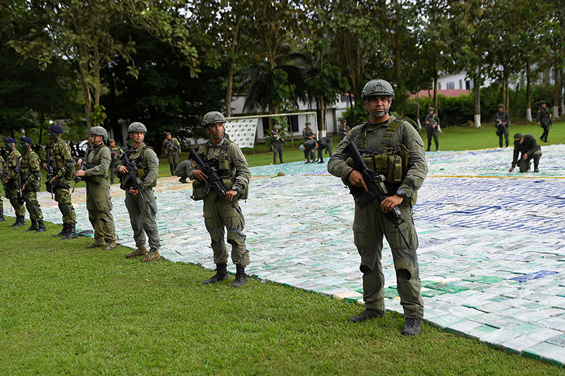 Colombian police and soldiers guard more than 12 tons of seized cocaine in Apartado, Colombia November 8, 2017. Photo: Reuters
