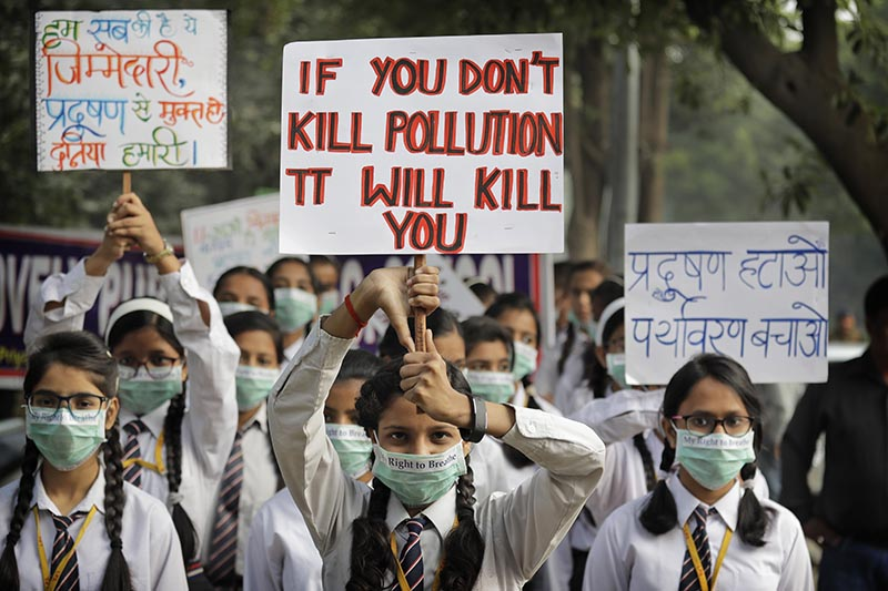 School children hold banners take out march to express their distress on the alarming levels of pollution in the city, in New Delhi, India, on Wednesday, November 15, 2017. Photo: AP
