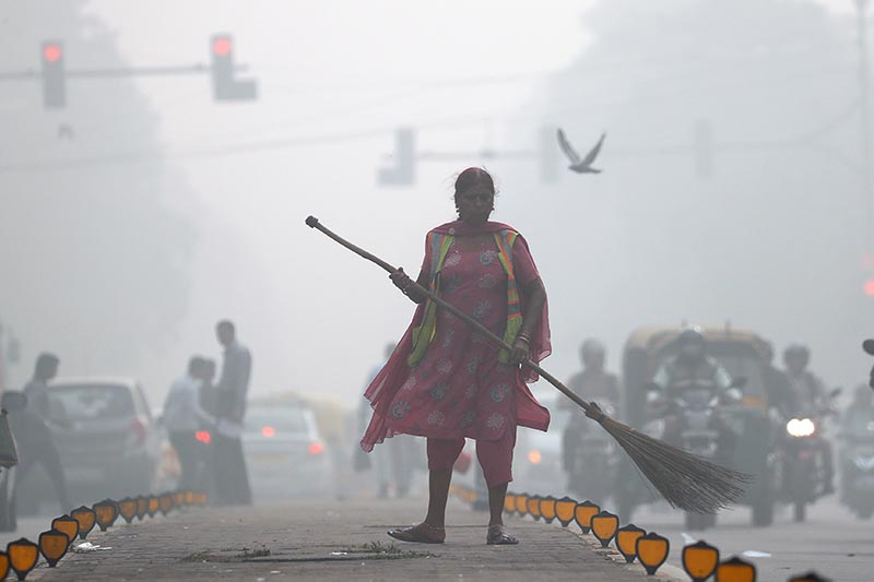A street cleaner works in heavy smog in Delhi, India, on November 10, 2017. Photo: Reuters