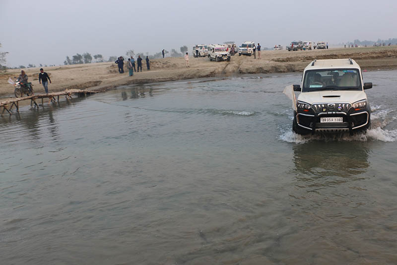 Indian vehicle used for election campaign wades through Lalbakiya river in Rautahat district, on Thursday, November 30, 2017. Photo: RSS