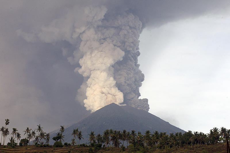 A view of the Mount Agung volcano erupting in Karangasem, Bali, Indonesia, on Monday, November 27, 2017. The volcano on the Indonesian tourist island of Bali erupted for the second time in a week on Saturday, disrupting international flights even as authorities said the island remains safe. Photo: AP