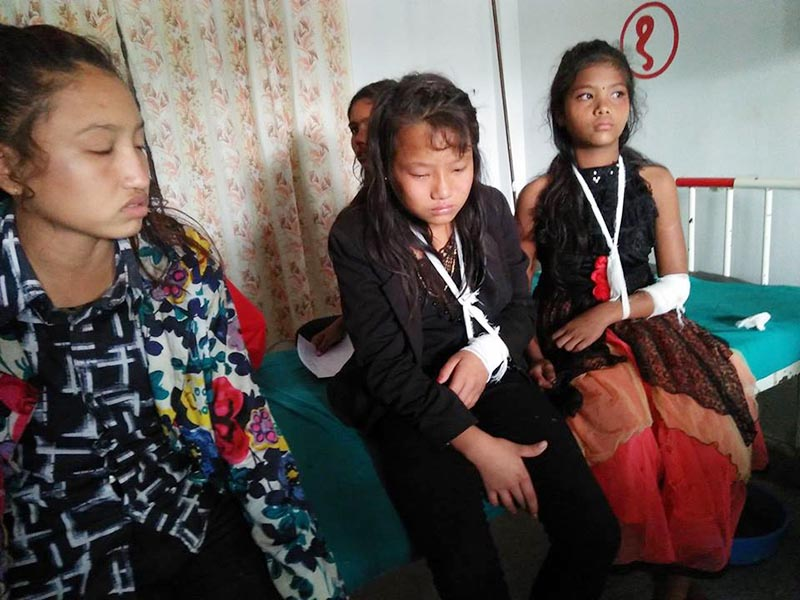 Students injured in a bus accident receive treatment at the Parasi-based Prithvi Chandra Hospital in Nawalparasi district, on Friday, November 10, 2017. Photo: Shreeram Sigdel