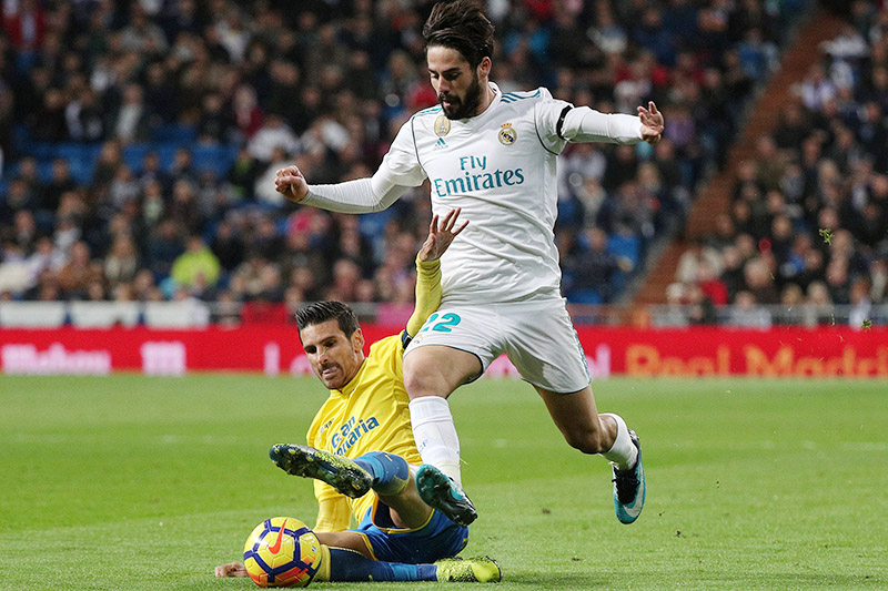 Real Madridu2019s Isco in action with Las Palmas' Vicente Gomez. Photo: Reuters