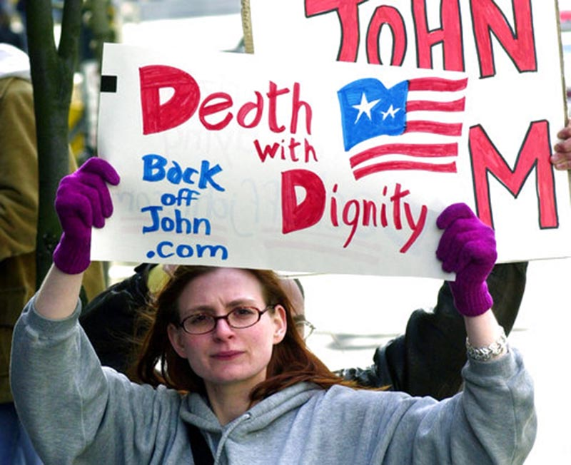 Stacey Richter holds a sign outside a federal courthouse in Portland, Oregon, on March 22, 2002. Photo: AP