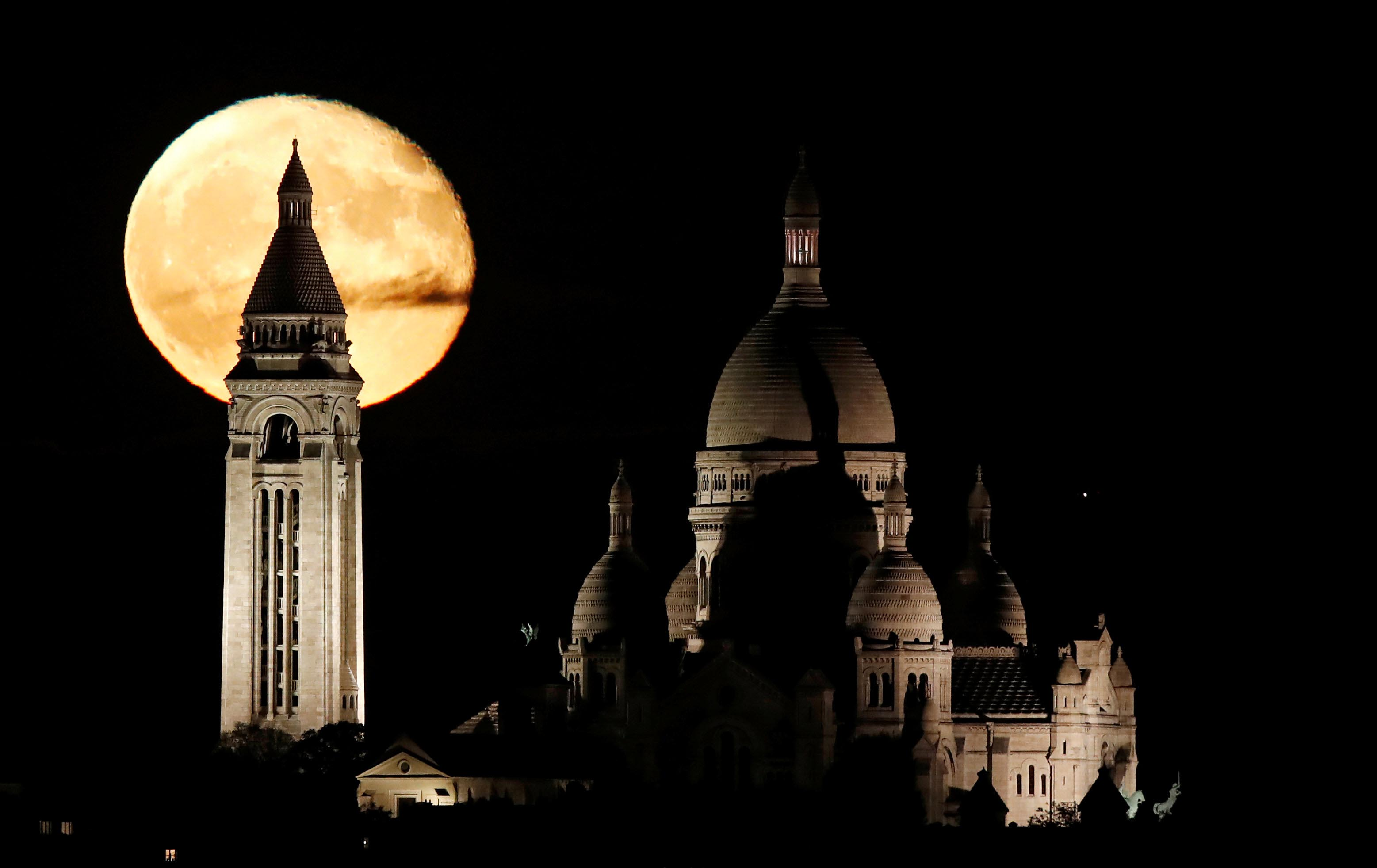 The moon rises over the Sacre Coeur Basilica in Montmartre in Paris, France, on November 5, 2017. Photo: Reuters