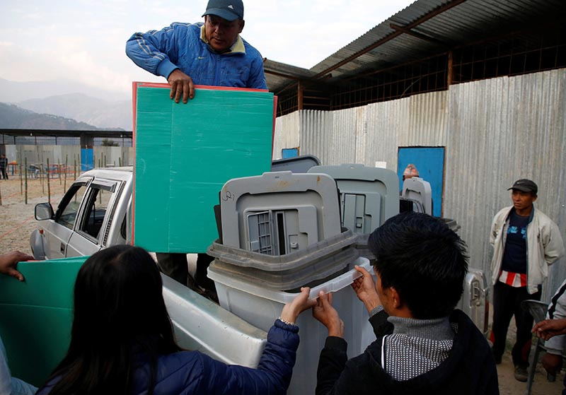 Officers from the election commission unload materials used for the election a day ahead of the parliamentary and provincial elections at Chautara in Sindhupalchok District, Nepal, on November 25, 2017. Photo: Reuters