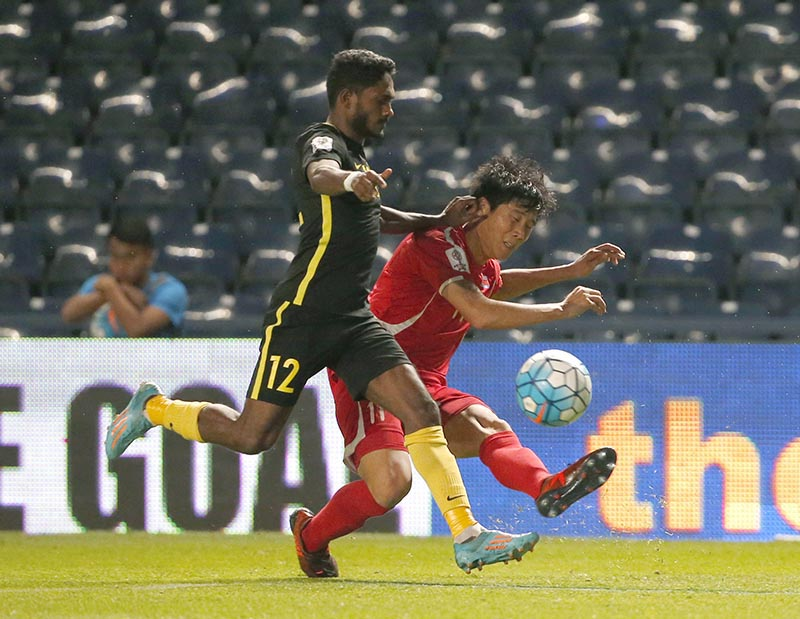 Malaysia's Kunanlan Subramaniam (left) and North Korea's Jong IL Gwan battle for the ball during their Asian Cup qualifiers soccer match at Thunder Castle stadium in Buriram province, Thailand, on Friday, November 10, 2017. North Korea beat Malaysia 4-1 . Photo: AP