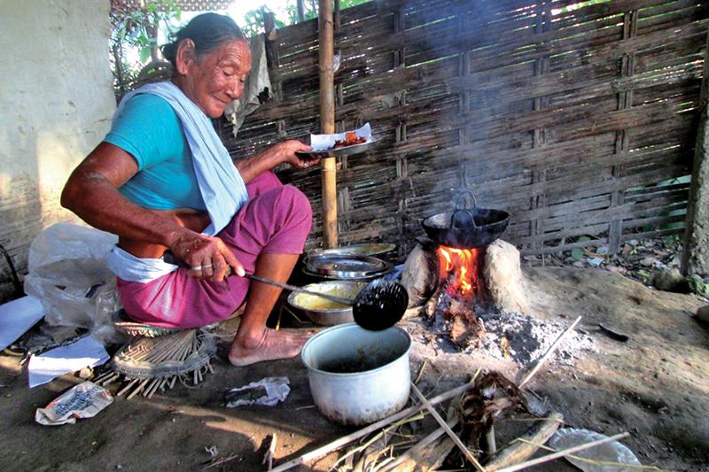 Devi Modi cooking pakoras in Budhiganga Rural Municipality, Morang, on Friday. Photo: THT