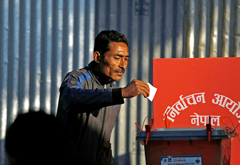 A man cast his vote on a ballot box during the parliamentary and provincial elections at Chautara in Sindhupalchok District November 26, 2017. Photo: Reuters