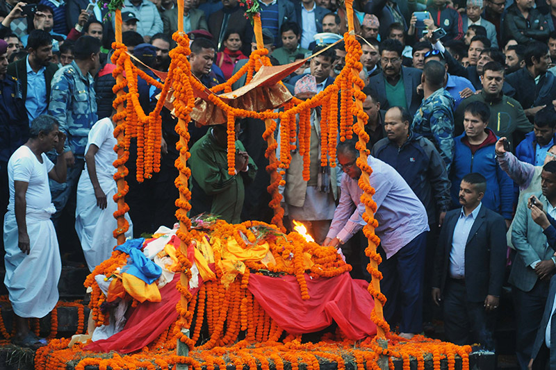 PM Pushpa Kamal Dahal performing final rites on his son Prakash Dahal at the Pashupati Aryaghat in Kathmandu, on Sunday, November 19, 2017. Photo: Balkrishna Thapa