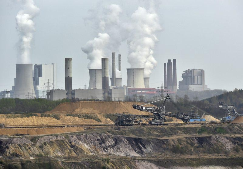 Giant machines dig for brown coal at the open-cast mining Garzweiler in front of a power plant near the city of Grevenbroich in western Germany, on April 3, 2014. Photo: AP/ File