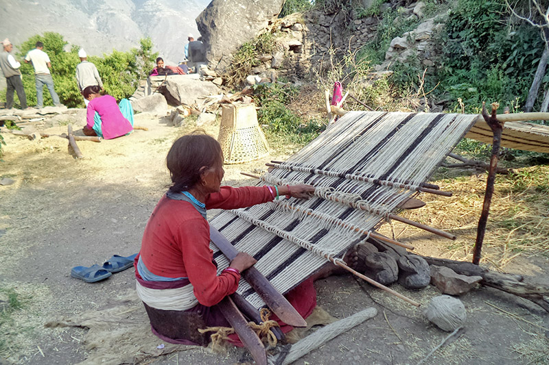 A woman weaves traditional wollen clothes called 'Radi' at Pandavgufa Rural Municipality-2 in Bajura district, on Wednesday, November 29, 2017. Photo: RSS