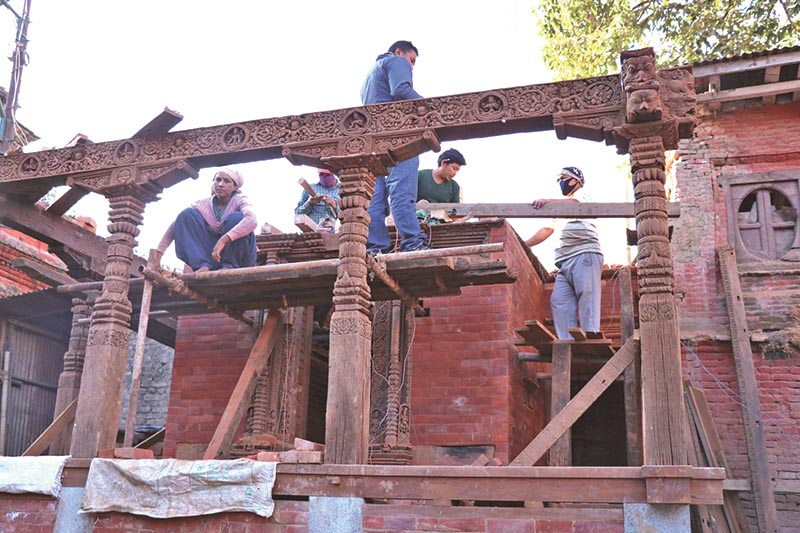 Workers rebuilding a temple in Basantapur Durbar Square, Kathmandu, on Wednesday, December 13, 2017. Photo: THT