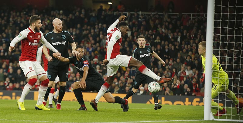 Arsenal's Danny Welbeck, centre, scores the opening goal of the game during the English League Cup quarterfinal soccer match between Arsenal and West Ham United at the Emirates stadium in London, on Tuesday, December 19, 2017. Photo: AP