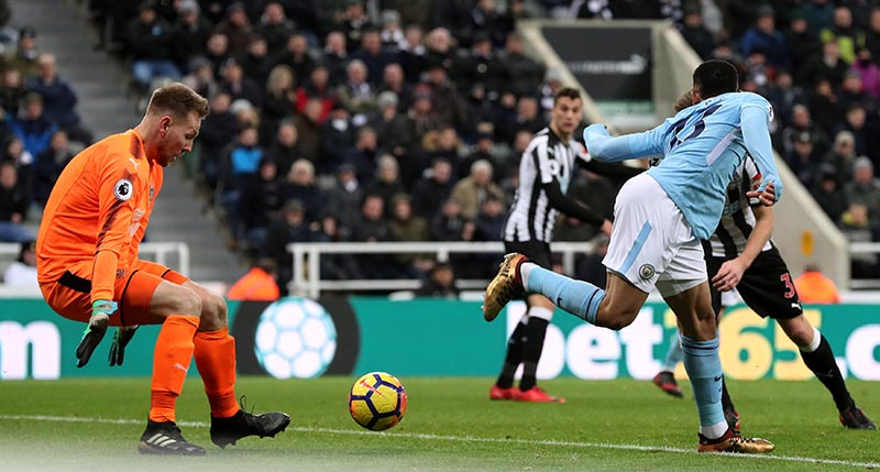 Manchester City's Gabriel Jesus shoots at goal as Newcastle United's Robert Elliot looks on during the Premier League match between Newcastle United and Manchester City, at St James' Oark, in Newcastle, Britain, on December 27, 2017. Photo: Reuters