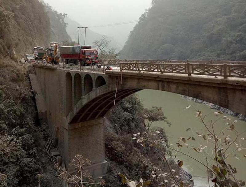 One-way traffic being managed  after the railing of a bridge collapsed on the Narayangadh-Muglin road at Ichhakamana Rural Municipality, Chitwan, on Wednesday, December 20, 2017. Photo: THT.