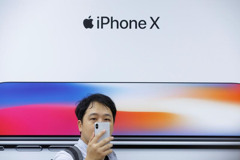 An attendee uses a new iPhone X during a presentation for the media in Beijing, China October 31, 2017. Photo: Reuters