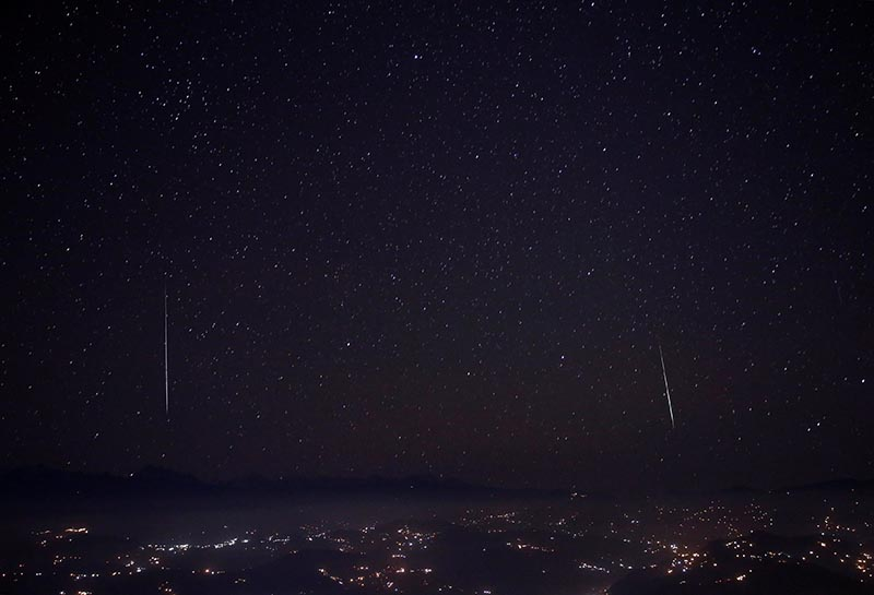 A Geminids meteor shower is seen above the mountain range in Nagarkot, Nepal, on December 15, 2017. Photo: Reuters