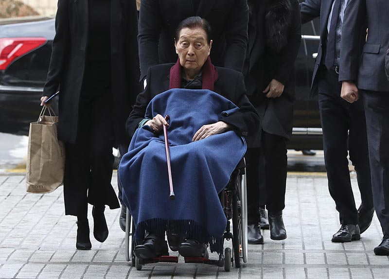 Lotte Group Founder Shin Kyuk-ho in a wheelchair, arrives at the Central District Court in Seoul, South Korea, on Friday, December 22, 2017. Photo: Ap