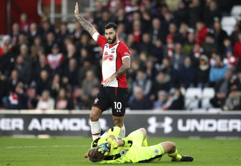 Southampton's Charlie Austin gestures as Huddersfield Town goalkeeper Jonas Lossl lies injured during the English Premier League soccer match between Southampton and Huddersfied at St Mary's, in Southampton, England, on Saturday, December 23, 2017. Photo: AP