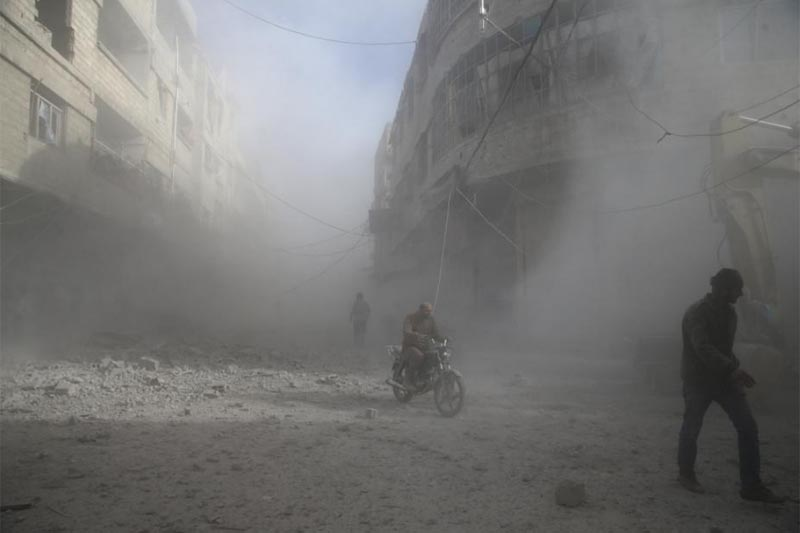 People are seen during shelling in the town of Hamoria, eastern Ghouta in Damascus, Syria, December 3, 2017. Photo: Reuters