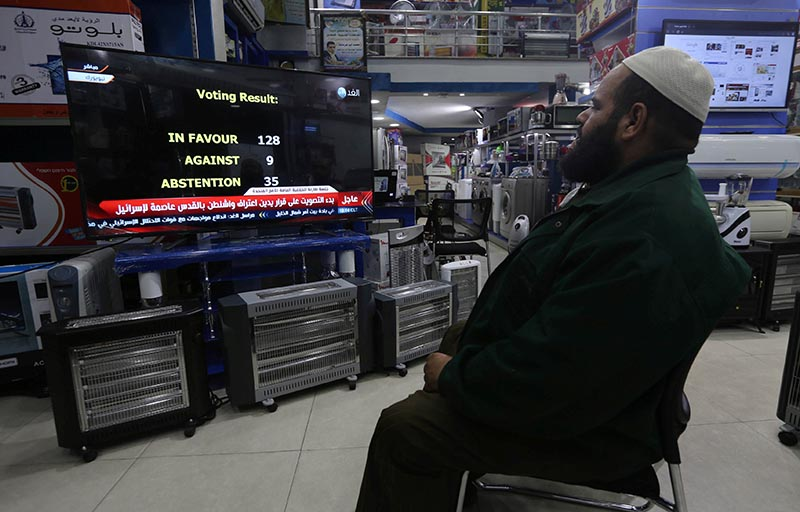 A Palestinian man watches a televised broadcast of the UN General Assembly vote on a draft resolution calling on the United States to withdraw its recognition of Jerusalem as Israel's capital, at an electrical appliances store in Rafah in the southern Gaza Strip, on December 21, 2017. Photo: Reuters