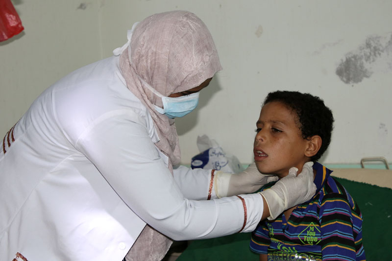 Nahla Arishi, a pediatrician, attends to a boy infected with diphtheria at the al-Sadaqa teaching hospital in the southern port city of Aden, Yemen December 18, 2017. Picture taken December 18, 2017. Photo: Reuters