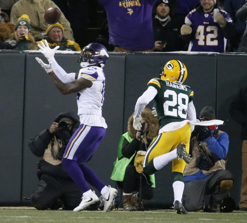 Minnesota Vikingsu2019 Stefon Diggs catches a touchdown pass in front of Green Bay Packersu2019 Josh Hawkins during the first half of an NFL football game on Saturday, December 23, 2017. Photo: AP