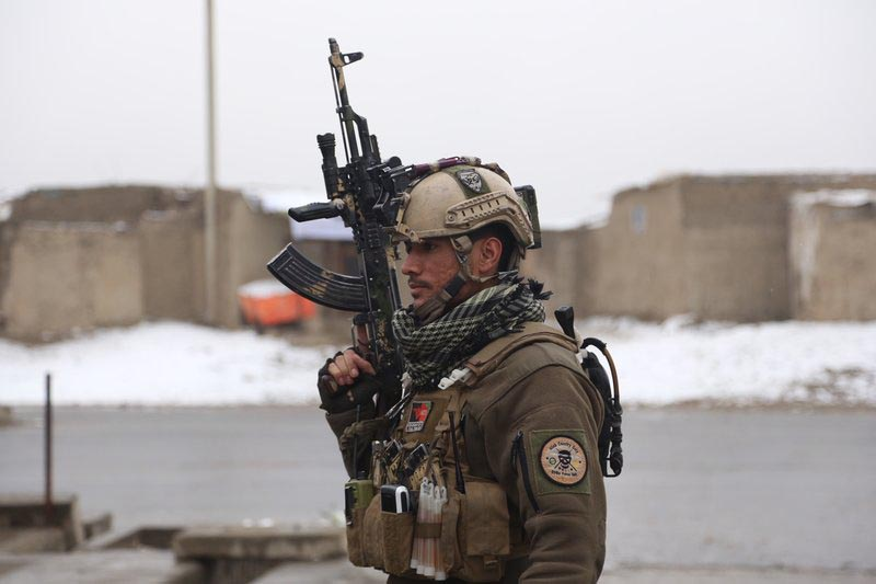 A member of Afghan security personnel arrives at the site of an attack at a military academy in Kabul, Afghanistan on Monday, Jan. 29, 2018. Photo: AP