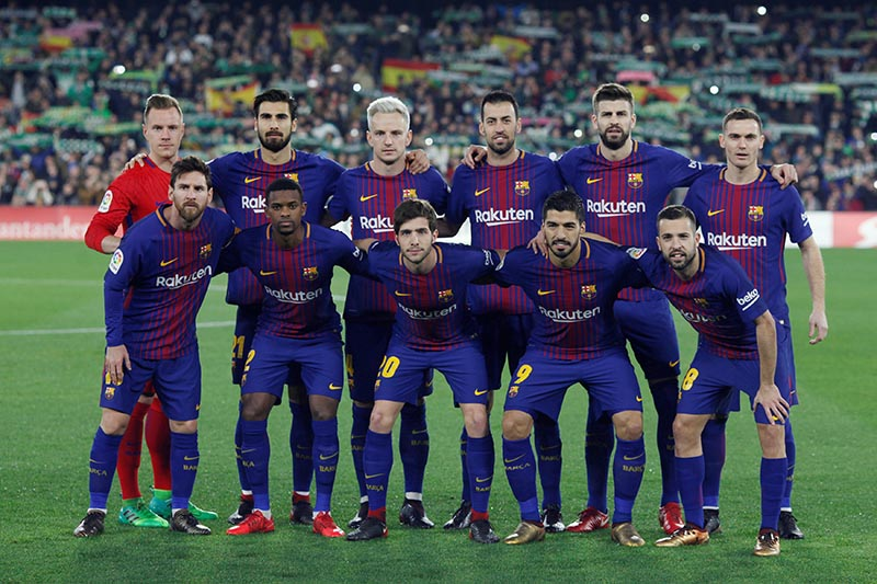 Barcelona players pose for a team group photo before the match. Photo: Reuters
