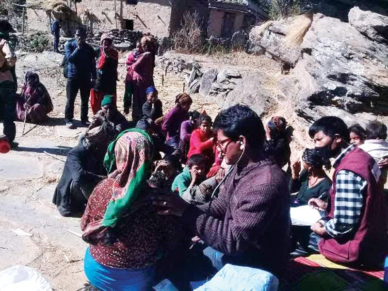 A doctor checking  viral fever patients in Jajarkot, on Monday. Photo: THT