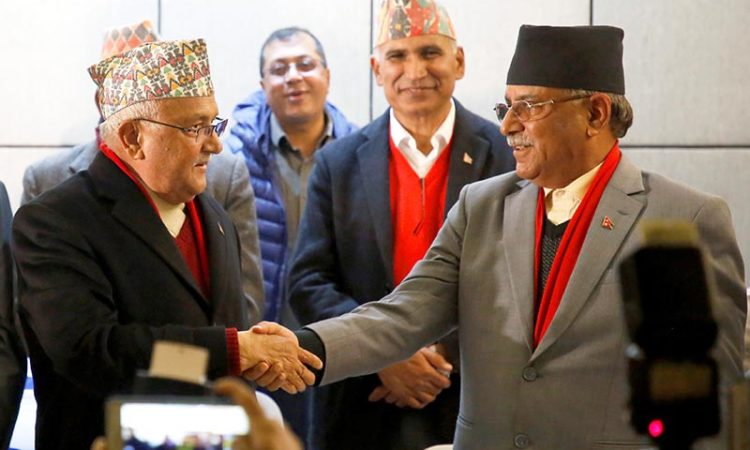 Chairman of Communist Party of Nepal (Unified Marxist-Leninist) (CPN-UML) party Khadga Prasad Sharma Oli, also known as K.P. Oli, (L) shakes hands with the chairman of Communist Party of Nepal (Maoist Centre) Pushpa Kamal Dahal, during a news conference in Kathmandu, Nepal December 17, 2017. Photo: Reuters