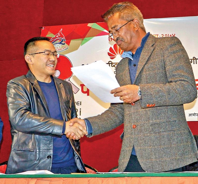 Huawei Technologies Nepal Director Joyas Zhu and ANTTA President Chaturananda Rajvaidya (right) exchange the MoU at a programme in Kathmandu on Sunday. Photo: THT