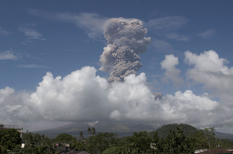 A huge column of ash shoots up to the sky during the eruption of Mayon volcano as seen from Legazpi city, Albay province, around 340 kilometers (200 miles) southeast of Manila, Philippines, on Monday, January 22, 2018. Photo: AP