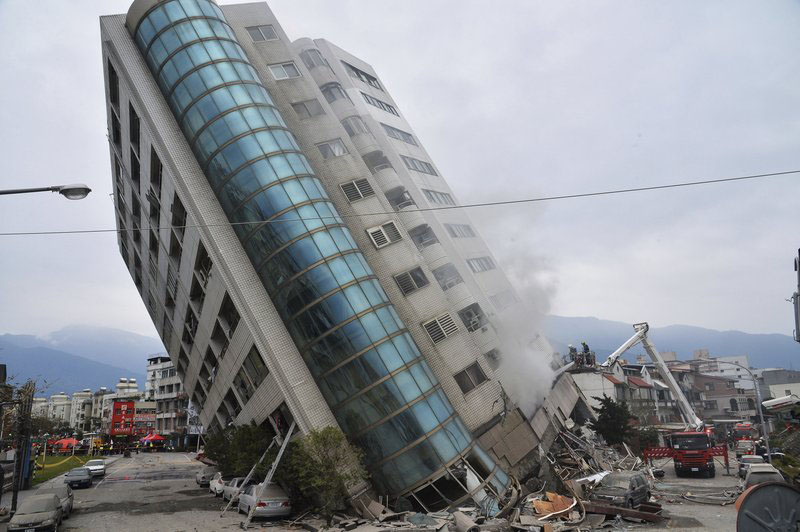 A residential building leans on its collapsed first floor Wednesday, Feb. 7, 2018 after a deadly earthquake in Hualien, southern Taiwan. The building was one of several damaged by a magnitude 6.4 temblor that struck Tuesday in the Pacific Ocean off the coast of Hualien county. Photo: AP
