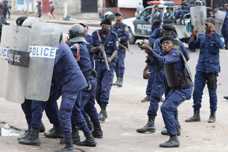 Policemen react after a protester threw a stone from Notre Dame Cathedral compound in Kinshasa, Democratic Republic of Congo, February 25, 2018. Photo: Reuters