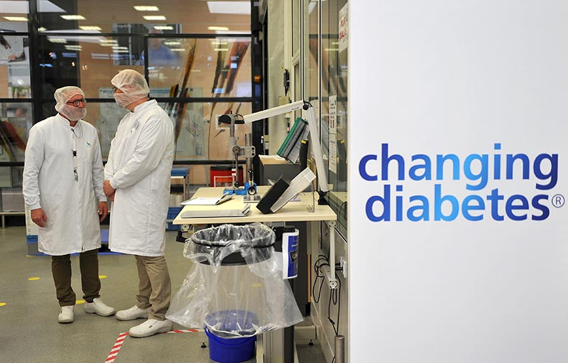 Employees stand in the insulin production plant of Danish multinational pharmaceutical company Novo Nordisk in Chartres, north-central France, on April 21, 2016. Photo: Reuters