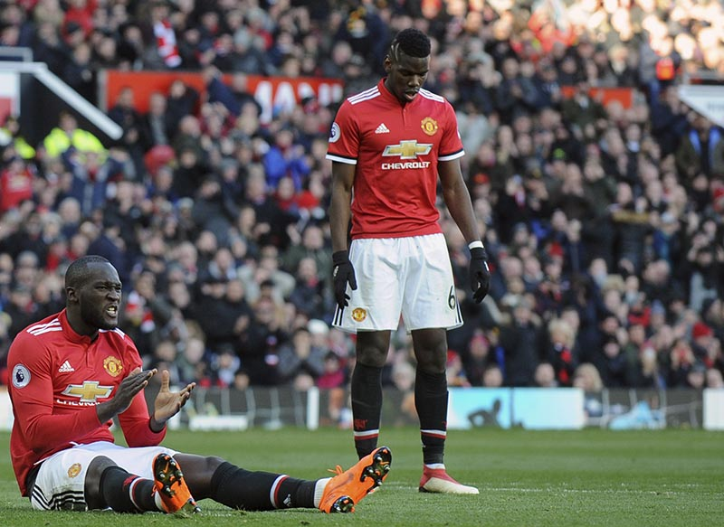 Manchester United's Romelu Lukaku (left), applauds during the English Premier League soccer match between Manchester United and Chelsea at the Old Trafford stadium in Manchester, England, on Sunday, February 25, 2018. Photo: AP