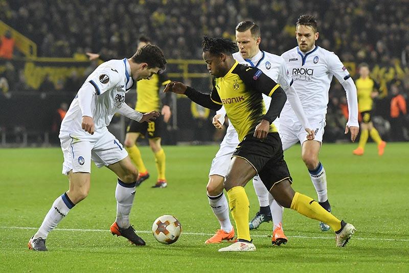 Dortmund's double scorer Michy Batshuayi wins the ball against three Atalanta defenders during the Europa League soccer match between Borussia Dortmund and Atalanta Bergamo in Dortmund, Germany, on Thursday, February 15, 2018. Photo: AP